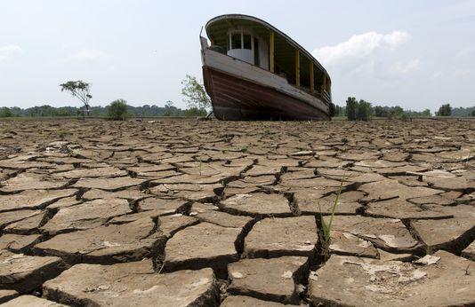 4805534_6_3194_un-bateau-dans-le-lit-de-l-amazonie-a-manaus_9032d7c17f13c85061303c9f9674ddb3