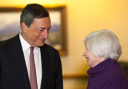 U.S. Federal Reserve Chair Janet Yellen (R) speaks with European Central Bank President Marlo Draghi at the Jackson Hole Economic Policy Symposium in Jackson Hole, Wyoming August 22, 2014. REUTERS/David Stubbs (UNITED STATES - Tags: BUSINESS POLITICS) - RTR43EKU